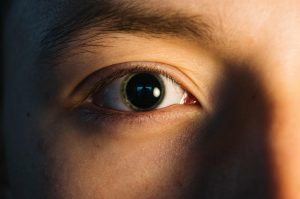 dilate the pupil